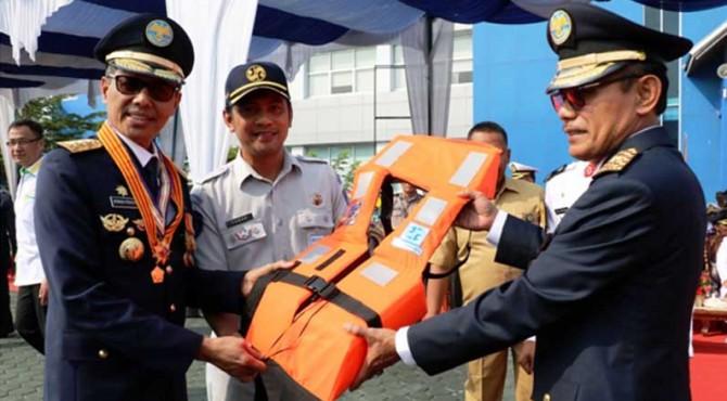 Gubernur Sumbar menerima alat keselamatan dalam rangka Hari Perhubungan Nasional.
