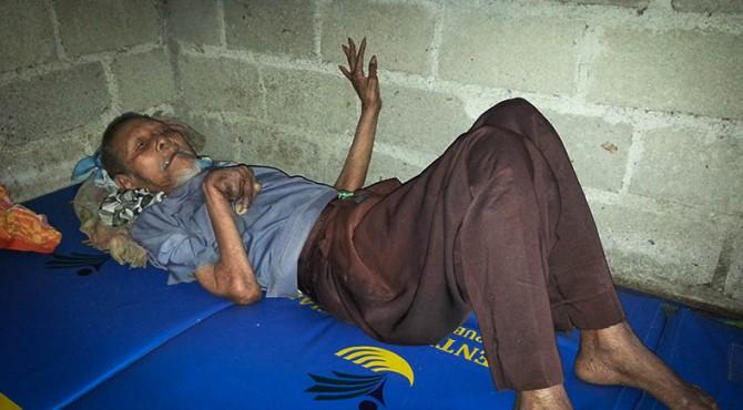 Kakek Tohir kini berusia 80 tahun dan menderita lumpuh total