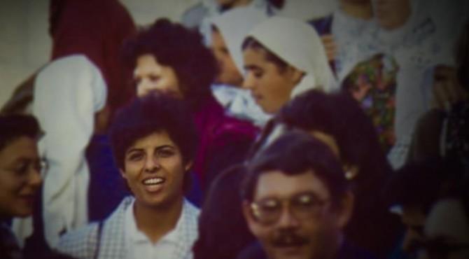 Naila Ayyash (kiri) pada sebuah demonstrasi selama Intifada Pertama pada akhir 1980-an