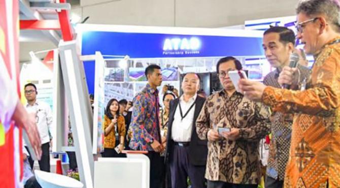 Presiden Jokowi didampingi Seskab Pramono Anung meninjau salah satu stand pada Konstruksi Indonesia 2019, di Indoor Hall B JI-Expo Kemayoran, Rabu (6/11)