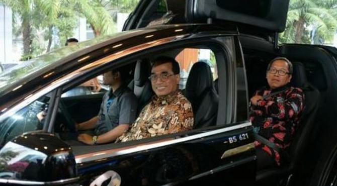 Menhub Budi K. Sumadi saat menjajal mobil listrik, di Jakarta