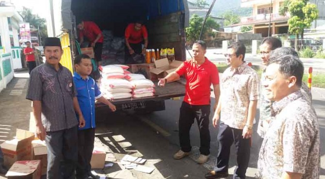 Direktur Produksi dan Litbang Semen Indonesia Grup, Johan Samudara (kanan) bersama jajaran Direksi PT Semen Padang meninjau pasar murah di parkiran Masjid Al-Kautsar Bandar Buat, Jumat (246)