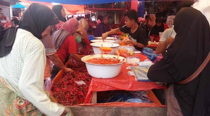 Suasana di Pasar Simpang Angkek Pasbar.