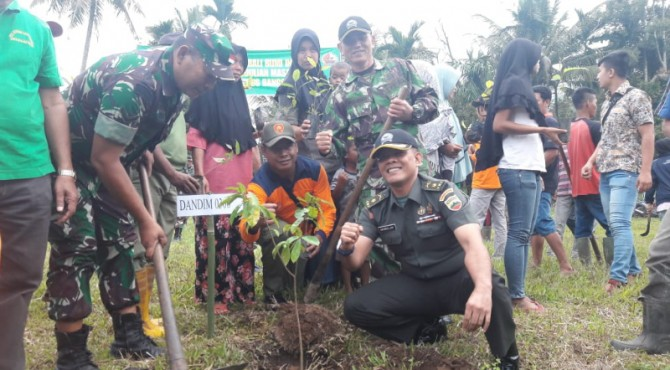 Proses penanaman pohon bersama yang dilakukan jajaran Kodim 0306/50 Kota dengan masyarakat di Kabupaten Limapuluh Kota, Selasa (12/3).