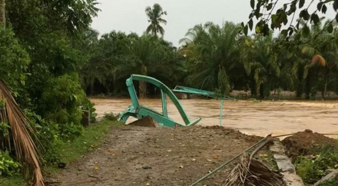 Kondisi jembatan gantung yang runtuh di Nagari Kampung Tengah Tapan, Kecamatan Ranah Ampek Hulu (Rahul) Tapan, Jumat Sore