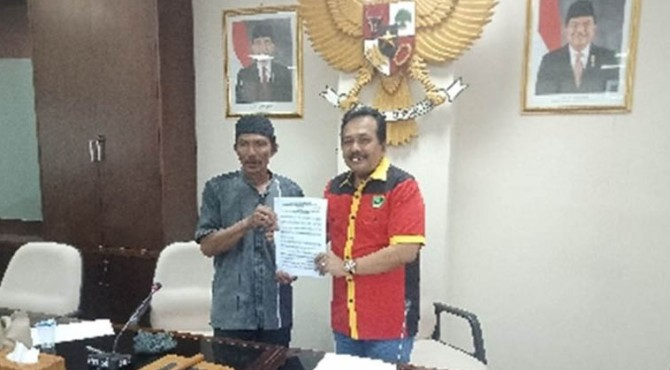 Penyerahan surat pernyataan sikap nelayan Danau Singkarak yang diterima oleh Anggota DPRD Sumbar Arkadius Dt Intan Bano