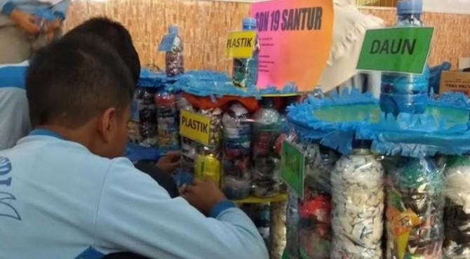 Siswa SDN 19 Santur, Sawahlunto Membuat Tong Sampah dari Ecobrick