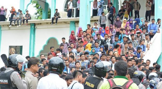 Aksi unjuk rasa mahasiswa IAIN IB Padang, Senin.