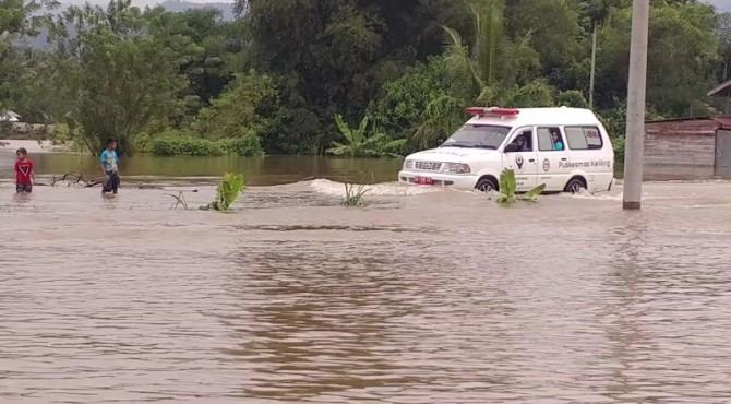 Ambulance melewati genangan banjir di Limapuluh Kota