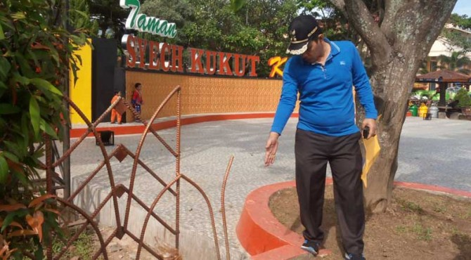 Wawako Solok, Reinier meninjau pelaksanaan Jumat bersih di Taman Syech Kukut.