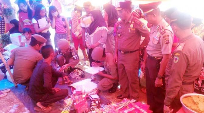 Satpol PP dan Damkar Pasaman saat merazia petasan yang dijual oleh pedagang