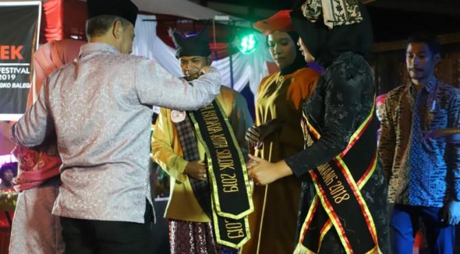 Wawako Solok Reinier memasangkan salempang tanda dinobatkannya Rang Mudo dan Puti Bungsu kota Solok 2019