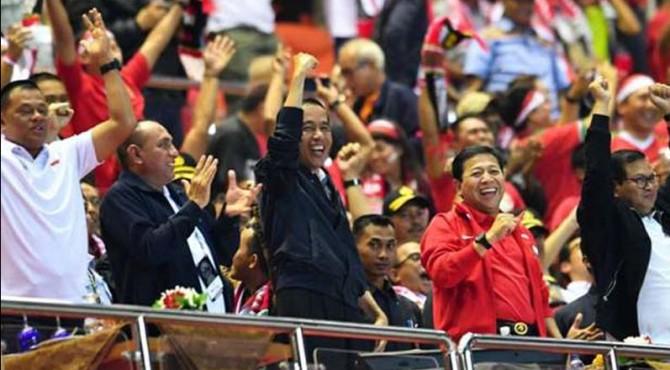 Presiden Jokowi saat menonton pertandingan Timnas Indonesia.