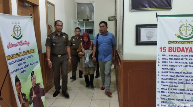 Bendahara Nagari Talang Babungo, Darmiatis digiring menuju Mobil untuk dititipkan di Lapas Kelas II B Solok.