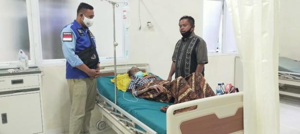 Tim Relawan Rezka Oktoberia saat mengantarkan Ridwan ke RS Achmad Darwis, Suliki.