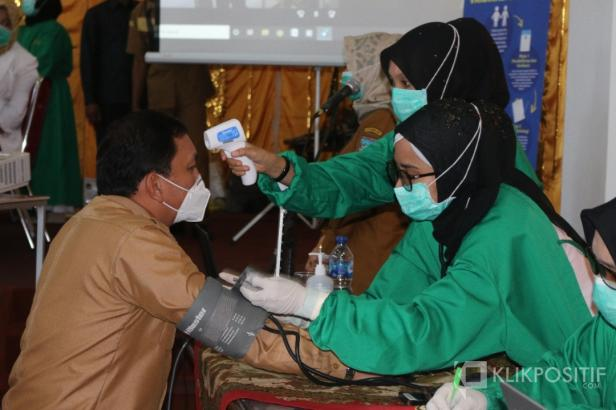 Pemeriksaan kesehatan Sekretaris Daerah Kabupaten Pasaman Barat, Yudesri sebelum disuntik Vaksin Corona