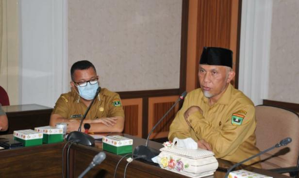 Gubernur Sumbar Mahyeldi Ansharullah didampingi Kepala Biro Pemerintahan Sekretariat Provinsi Sumbar, Iqbal Ramadi Payana