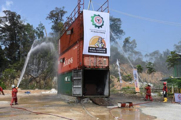 Tim Salah satu tim yang mengikuti Lomba Mine Rescue Challenge tengah memadamkan api pada area yang terbakar.