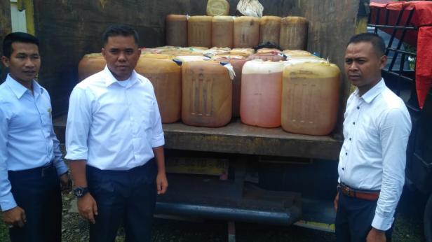 Kasat Reskrim Polres Solok Selatan Iptu M Arvi (tengah) memperlihatkan BBM jenis premium yang akan dibawa ke Kerinci Provinsi Jambi, Senin (10/2)
