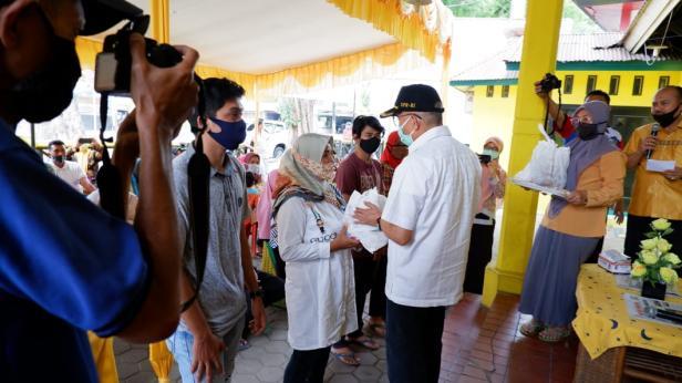 Anggota Komisi IX Dewan Perwakilan Rakyat (DPR) RI, Drs. H. Darul Siska, salurkan paket Bantuan Pangan Tambahan kepada 10.000 orang Relawan COVID-19 yang tersebar di 10 kabupaten dan kota di Sumatera Barat.