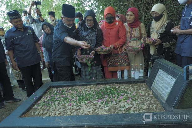 Ketua Umum PGAI, Fauzi Bahar menyekar bunga di makam pendiri PGAI