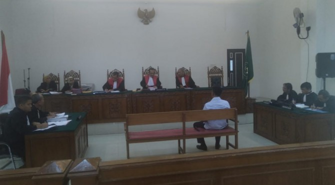 Terdakwa RA menghadiri sidang perdana di Pengadilan Negeri Padang