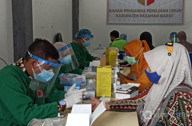 Suasana saar Pengawas TPS di Pasaman Barat menjalani Rapid Test di Kantor Bawaslu