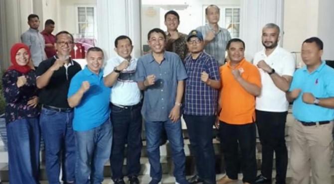 Pada saat silaturahmi di Rumah dinas KAJATI Aceh. Dari kiri ke kanan Eka Rahma Daniati, T.Jefri Rosiadi, Ediwardo Ritonga, Brigjen Pol.Drs.Faisal AN, MH, Irdam Koto, Durain P Siregar, dan Afrinal Piliang.