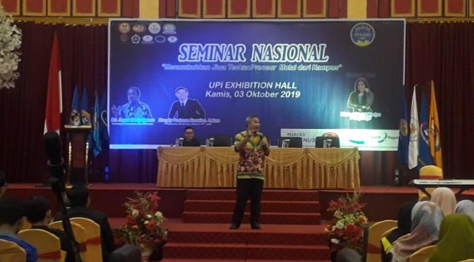 Aqua Dwipayana saat menjadi pemateri pada Seminar Nasional di UPI Exhibition Hall Padang