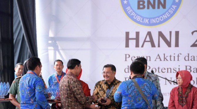 Badan Narkotika Nasional (BNN) memberi Penghargaan dalam bidang Pencegahan, Pemberantasan, Penyalahgunaan dan Peredaran Gelap Narkoba( P4GN ) kepada Kementerian Pemuda dan Olahraga (Kemenpora)