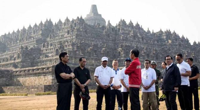 Presiden Jokowi didampingi sejumlah menteri meninjau Candi Borobudur sebelum memimpin rapat terbatas di pelataran Resort Borobudur, di Muntilan, Magelang, Jateng, Jumat (30/8)