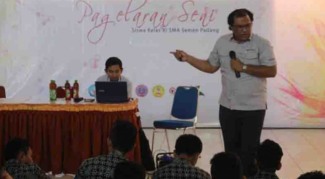 Kepala Departemen Quality Assurance dan SHE PT Semen Padang Hari Utama saat menjadi pemateri di SMA Semen Padang