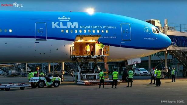 Vaksin AstraZeneca tiba di Bandar Udara Soekarno Hatta, Tangerang, Banten, Senin (08/03/2021) sore