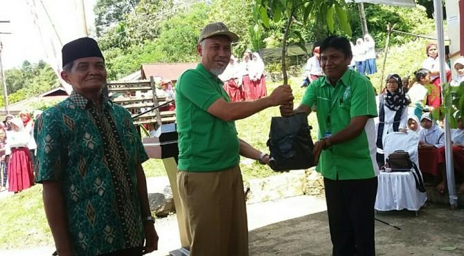 Walikota Padang (tengah) menyerahkan secara simbolis bibit pohon produktif kepada Ketua YHLI