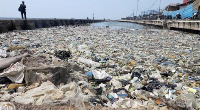 Ilustrasi tumpukan sampah menumpuk di pinggir laut kawasan Pelabuhan Muara Baru, Jakarta Utara, Senin (29/7).