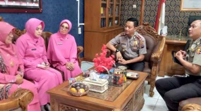 Kapolres Tanah Datar yang baru dan lama berbincang-bincang dengan Anggota DPR RI Betty Shadiq.  Area lampiran