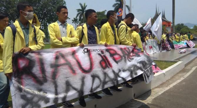 Ratusan mahasiswa menggelar aksi di halaman kantor gubernur Sumbar