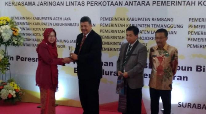 Wako Solok H. Zul Elfian bersama Walikota Surabaya Tri Rismaharini usai pnandatangan MoU