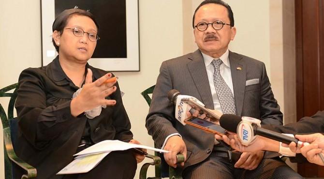 Menlu Retno Marsudi didampingi Dubes RI di Jerman, Fauzi Bowo, memberikan keterangan pers di Berlin, Jerman, Minggu (17/4)