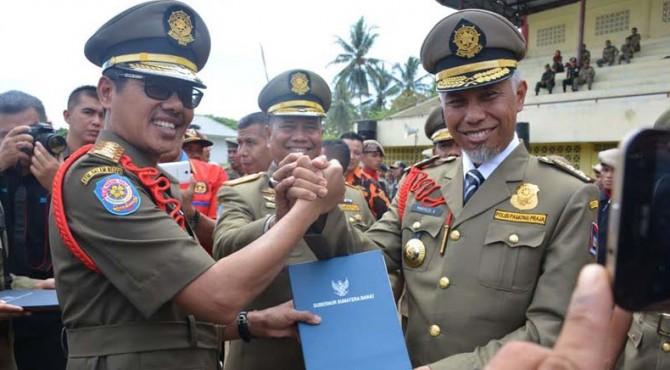 Gubernur Sumatera Barat Irwan Prayitno memberikan apresiasi kepada Walikota Padang Mahyeldi Ansharullah berupa piagam penghargaan penegakan Perda dan penertiban tanpa kekerasan