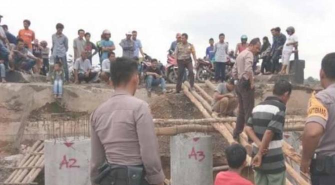 Warga bersama aparat Polres Mesuji membangun jembatan darurat untuk kendaraan roda dua, Senin (17/6/2019).