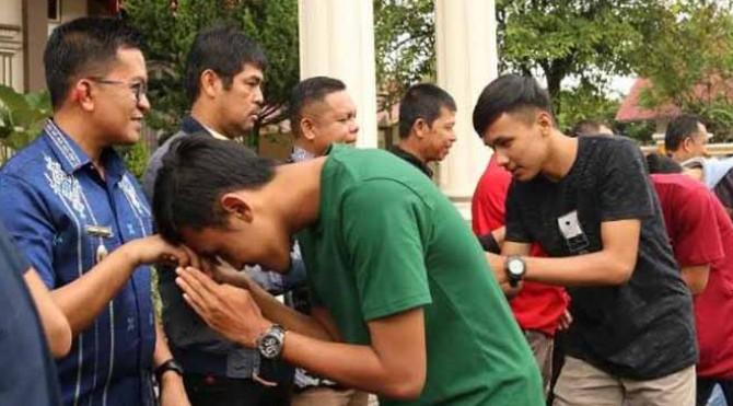 Suasana pelepasan tim Kecamatan Payakumbuh Barat sebelum berangkat ke Sawahlunto mengikuti Minangkabau Cup II Zona Sumbar di Rumah Dinas Wakil Walikota Payakumbuh