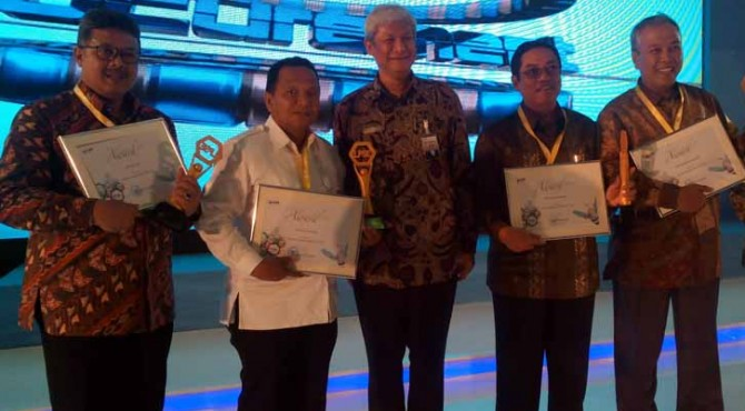 Walikota Sawahlunto, Ali Yusuf menerima reward.