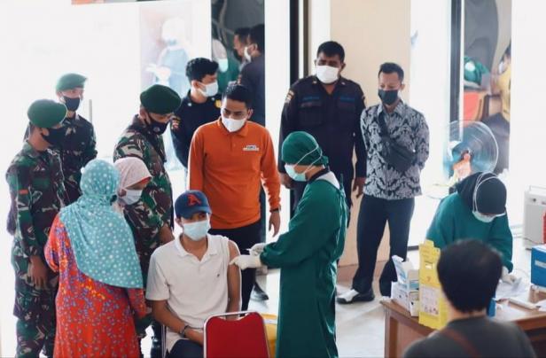 Wakil Wali Kota Solok, Dr. Ramadhani Kirana Putra meninjau pelaksanaan vaksin di pasar semi modern