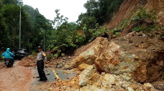 Kondisi Jalan Raya Negara Sumbar-Riau KM 153 Jorong Air Putih, Nagari Sarilamak Kecamatan Harau.