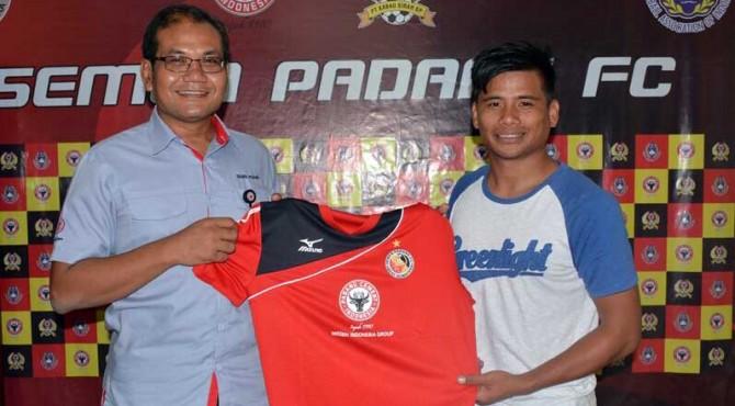 Dirtek Semen Padang FC, Iskandar Zulkarnain Lubis bersama Tambun Naibaho usai penandatanganan kontrak.