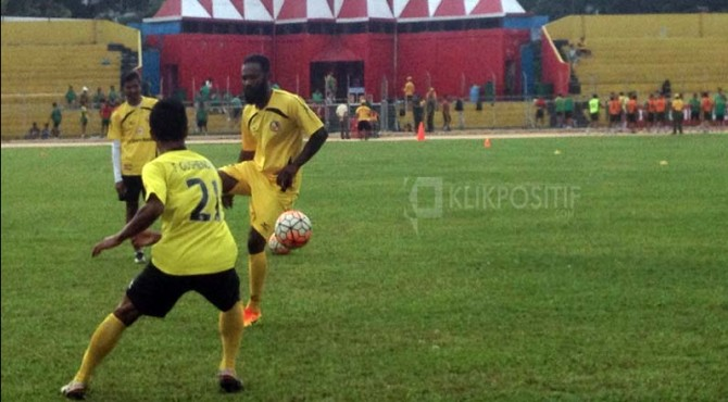 Didier Zokora saat latihan bersama pemain Semen Padang FC di Stadion Haji Agus Salim Padang.