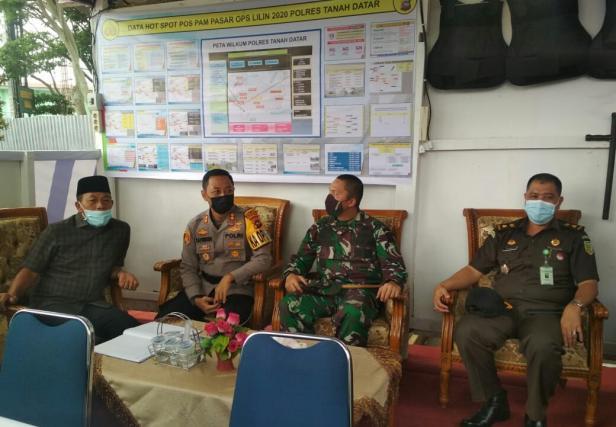 Kapolres Rokhmad bersama Plt Bupati Zuldafri Darma, dan Forkompinda Tanah Datar di Posko Pasar Batusangkar