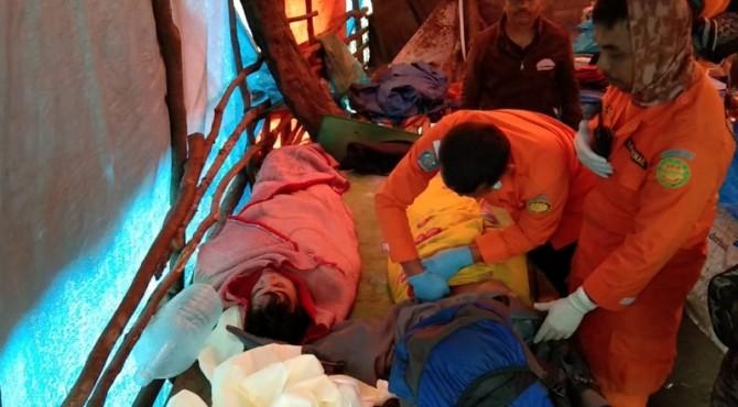 Pendaki mendapatkan pertolongan dari Tim SAR