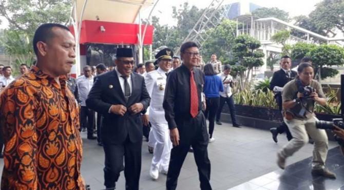 Mendagri, Tjahjo Kumolo dan tiga pasang Kepala Daerah yang baru dilantik Presiden Jokowi datangi KPK.